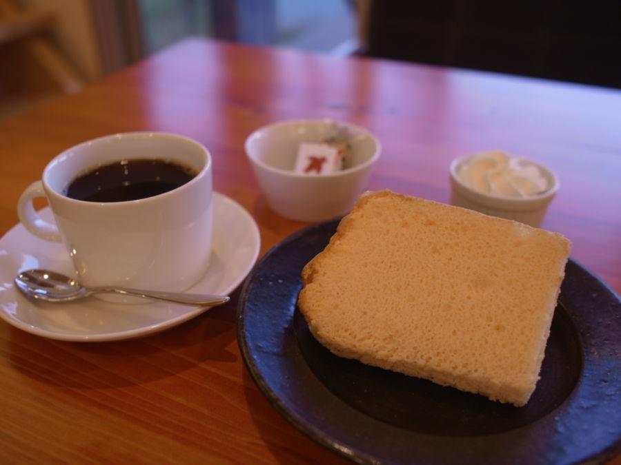 すずめカフェ:雄大な浅間山を眺めながらハンドドリップコーヒーでくつろぐウッディなおうちカフェ(長野県御代田町)