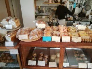 パンの並ぶ店内